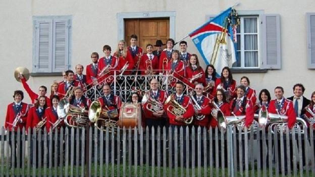 30 Musikanten in roter Uniform