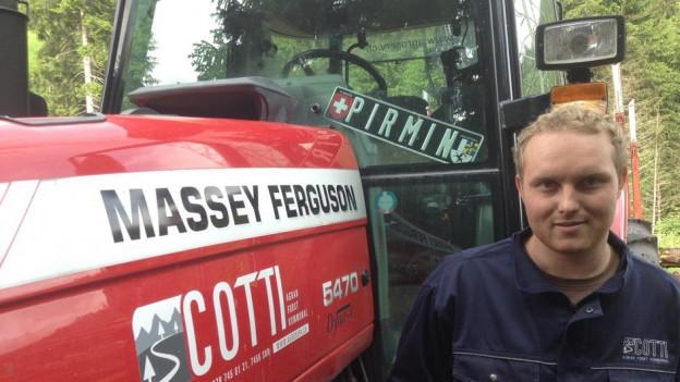 Pirmin Cotti cun ses tractor da lavur. Pirmin Cotti lavura il mument en il guaud enstagl da far ballas da silo.