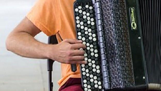 In giuvenil che suna l'accordeon