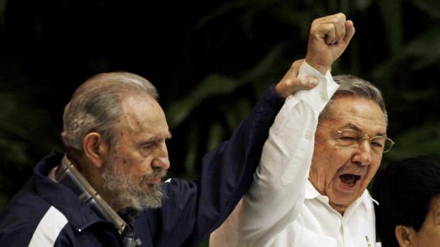 Fidel Castro ensemen cun ses frar Raúl Castro.