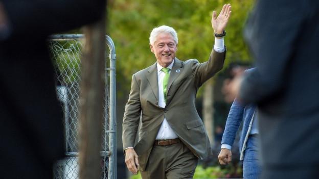 Actualmain sustegn Bill Clinton sia dunna en il cumbat electoral.