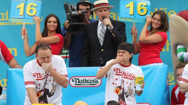 La concurrenza da mangiar hotdogs il 2015.