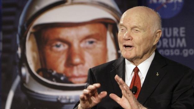 John Glenn è stà l'emprim American en l'orbit
