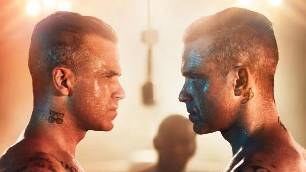 Montascha da Robbie Williams che guarda sin Robbie Williams.
