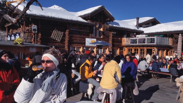 La bar dad après-ski Bolgen Plaza a Tavau.