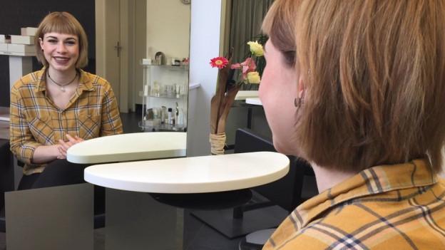 Leonie Moll cusseglia dad ir tal coiffeur a cumprar schampo.