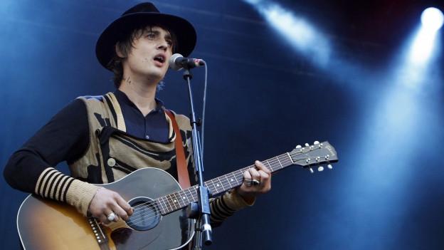 Peter Doherty cun sia gitarra sin il palc.