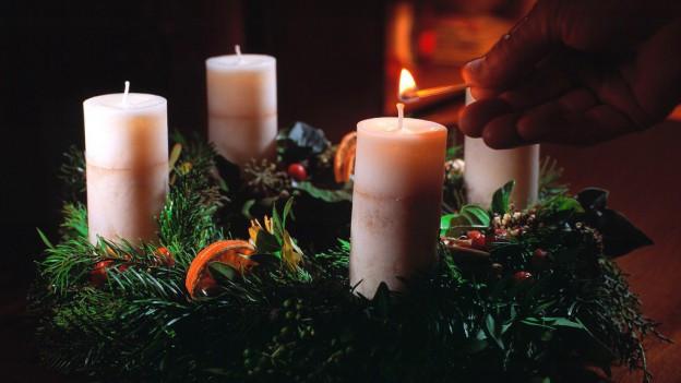 In tschupi d'advent cun 4 candailas, l'emprima arda