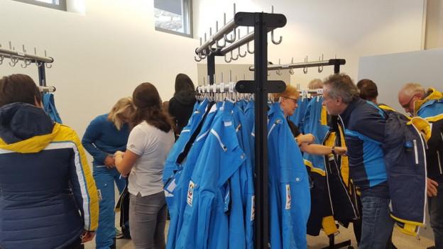 L'unifurma dals voluntaris per las cursas mundialas dal favrer 2017 a San Murezzan.