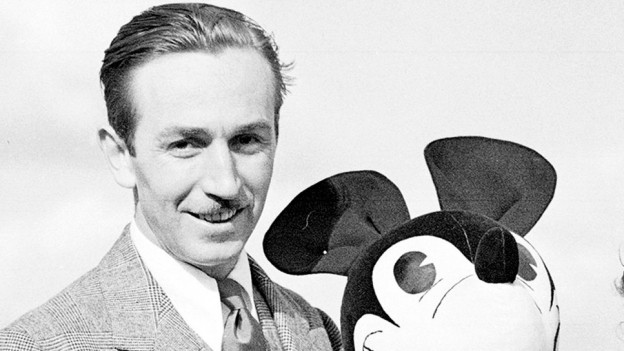 Walt Disney cun ina figura da ses Mickey Mouse.
