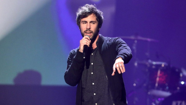Max Giesinger durant in concert