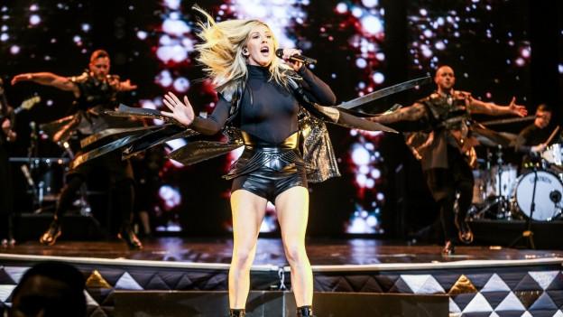 Ellie Goulding durant in concert