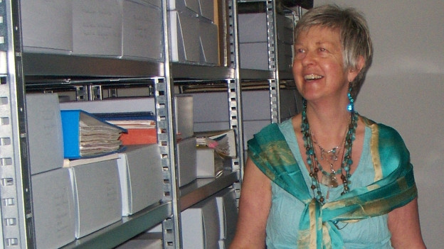 La manadra da l'Archiv cultural da dunnas, Silke Redolfi, amez las curunas en l'archiv.