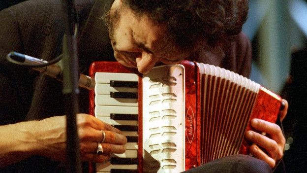 Pascal Comelade cun ses accordeon da termagl.
