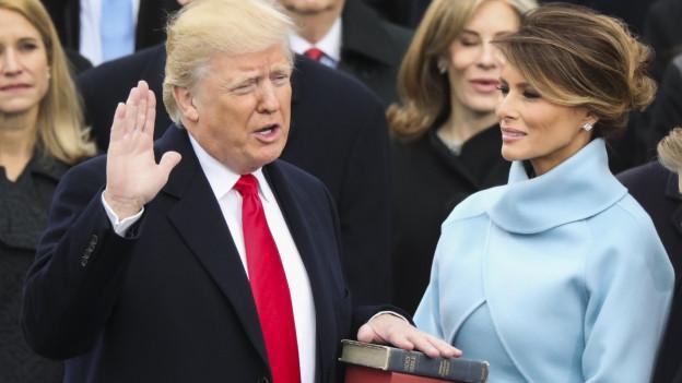 Melania Trump en blau cler durant la saramentaziun da Donald Trump