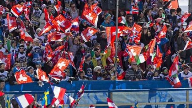 Fans cun lur bandieras spetgan sin ils skiunz
