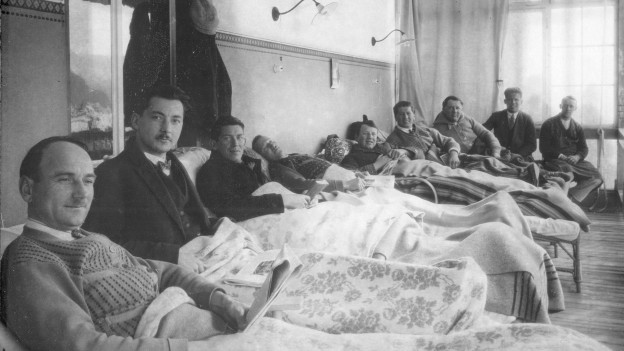 Ils pazients sin ils balcuns dil sanatori Albula a Tavau.