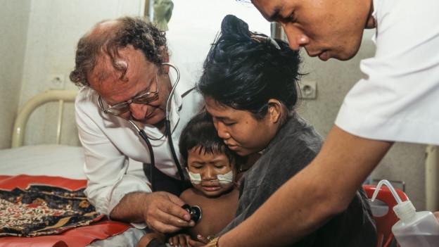 Beat Richner durant sia lavur en l'ospital en Cambodscha