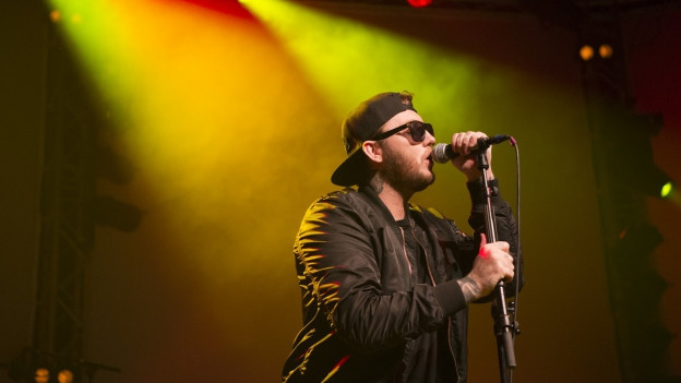James Arthur durant in concert