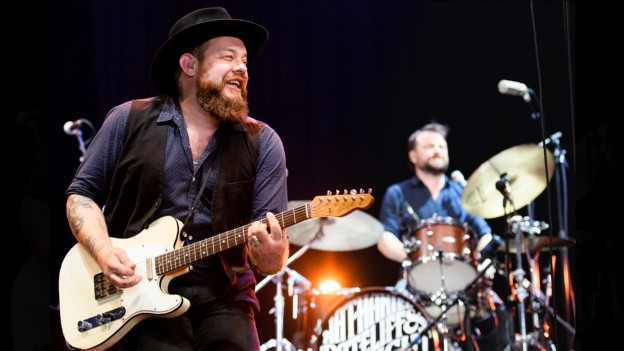 Nathaniel Rateliff durant in concert