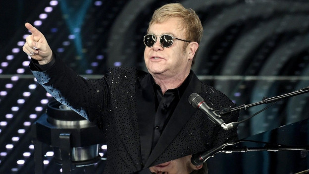 Elton John durant sunar vid il clavazin