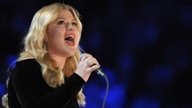 Kelly Clarkson sin il palc a chantar.