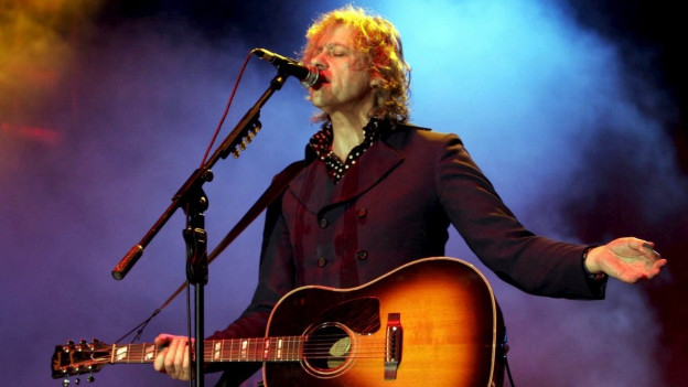 Bob Geldof cun sia gitarra sin il palc a chantar.