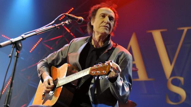 Ray Davis sin il palc cun gitara.