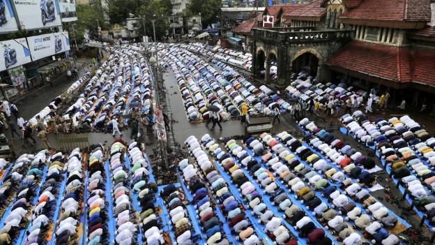 La festa tradiziunala cumenzà cun in'uraziun communabla en ina moschea – qua en l'India.