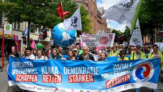 Gia avant l'inscunter ha quai dà demonstraziuns en la citad da Hamburg.
