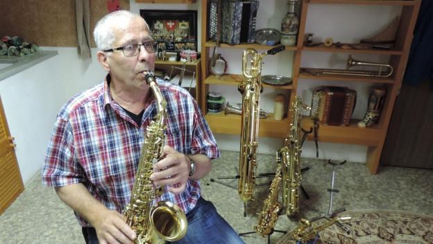 Hans Neuenschwander e ses saxofon.