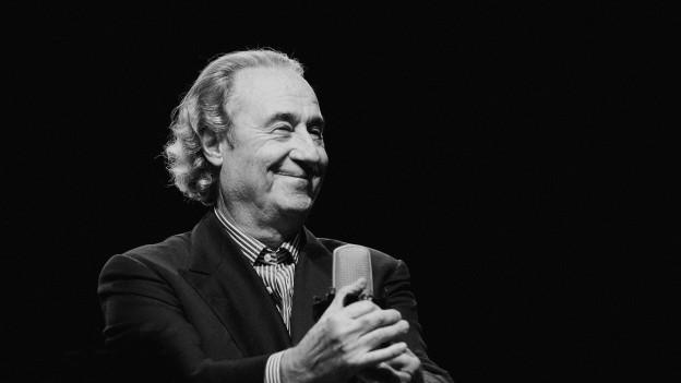 Franco Ambrosetti divertescha il public cun la trumbetta, la trumba e cun anecdotas.