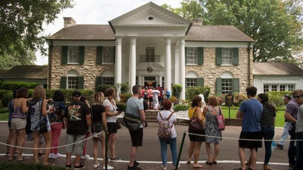 Ina colonna da visitaders avant Graceland - il bain da Elvis.