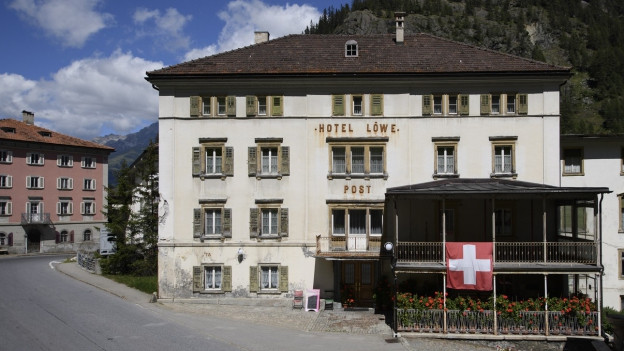 Hotel Löwe Mulegns, la fatschada è fitg veglia.
