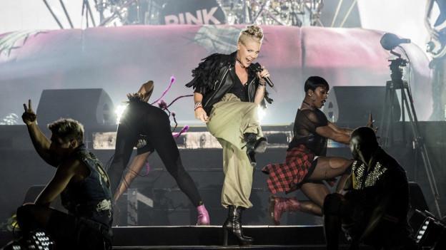 Pink en acziun sin il palc duront in concert.