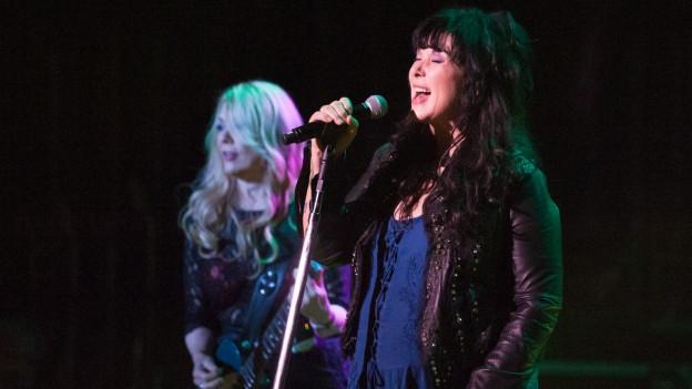Las duas soras Ann e Nancy Wilson da Heart durant in concert.