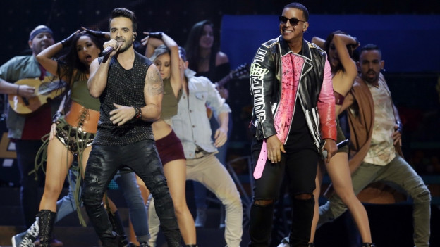 Luis Fonsi e Daddy Yankee durant in concert