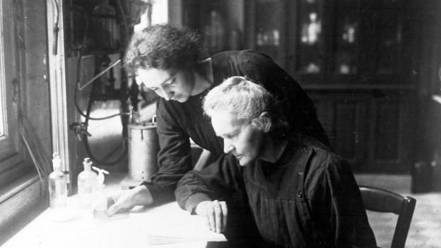 Marie Curie cun sia figlia Irène en il labor.