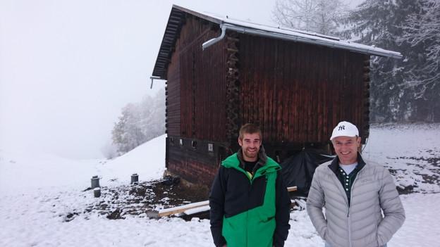 Romano ed Arno Deplazes (da san.) avant la stalla da columbas.