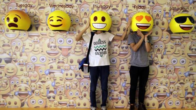Dus mats cun mascras da emojis.