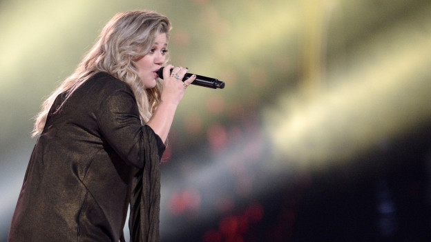 Kelly Clarkson durant in concert