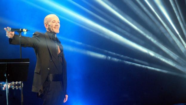 Il chantadur da la gruppa R.E.M. durant in concert