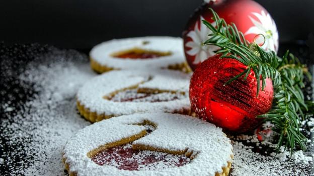 Trais biscuits pronts e dasperas duas cullas da nadal