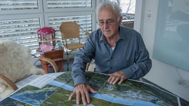 Ciril Friberg guarda la carta panoramica cun ils nums locals.