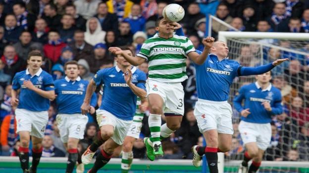 Il derby a Glasgow tranter Celtic (verd-alv) ed ils Rangers (blau) è era in duel tranter il club catolic ed il club protestant