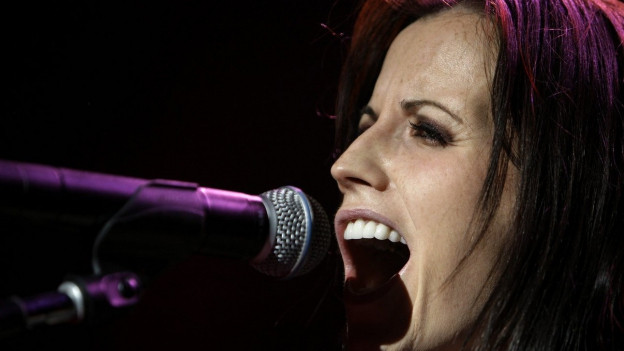 Dolores O'Riordan la chantadura a la front da la band «The Cranberries»