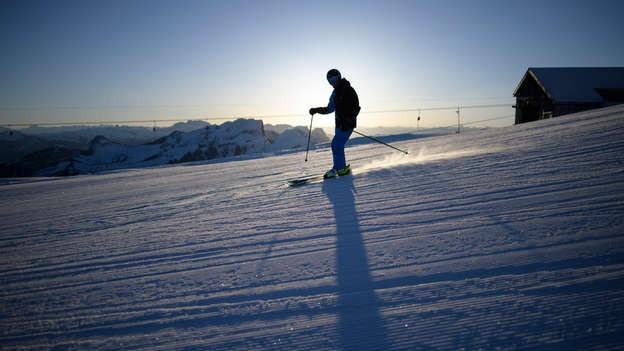 Um che va cun skis.