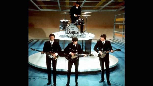 """The Beatles durant lur preschentaziun en l'emissiun da televisiun americana """"Ed Sullivan Show"""""""