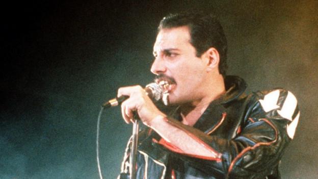 Freddie Mercury durant in concert.