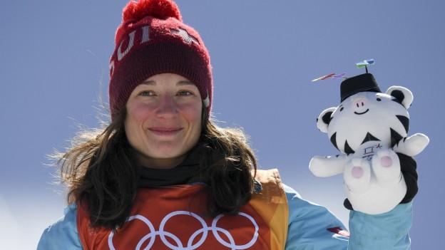 L'olimpionica Sara Höfflin suenter l'aur en il slopestyle a PyeongChang 2018.